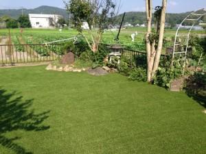 人工芝を敷いた一般住宅の庭