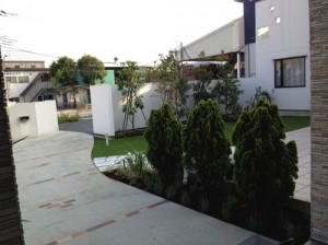 人工芝のある家