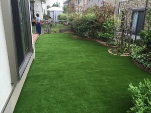 人工芝の庭