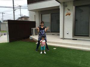 人工芝と子供